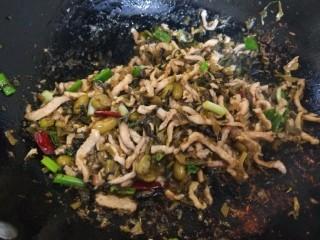 雪菜肉絲面,加入醬油,香蔥,雞精,炒均勻即可。