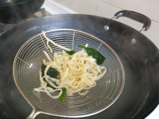 雪菜肉絲面,手搟面煮熟撈出來,放入雪菜肉絲,香菜,攪拌均勻即可