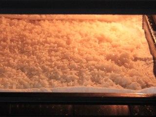 香糯可口八宝饭, 待糯米呈透亮状时,用喷洒在表面喷一些水,使米粒湿润即可,这样可以使米更软糯且均匀,然后继续蒸约10分钟。
