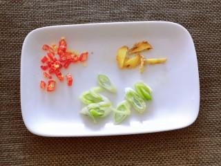 清炒山药木耳,葱姜切片 红尖椒切圈