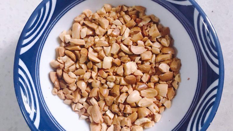 南瓜糯米糕,蒸南瓜的时候准备馅,熟花生捣碎