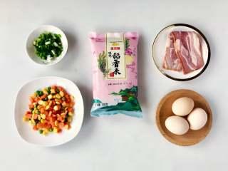 蛋包饭也可以萌萌哒,糖果的造型超吸睛!,准备好食材,培根和什锦蔬菜粒提前拿出冰箱解冻好。