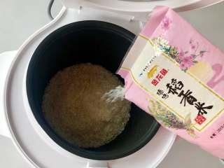 蛋包饭也可以萌萌哒,糖果的造型超吸睛!,金龙鱼臻选稻香米倒入电饭煲内胆。