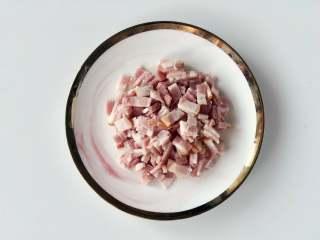 蛋包饭也可以萌萌哒,糖果的造型超吸睛!,把培根切碎。