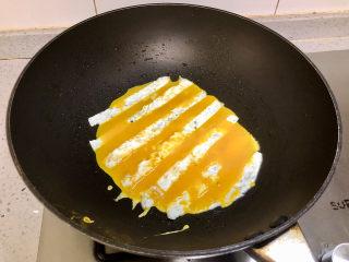 蛋包饭也可以萌萌哒,糖果的造型超吸睛!,然后在煎蛋清的空隙中倒入鸡蛋黄,继续小火煎熟,煎好了盛起备用。同样的方法再煎一小块,摆盘的时候用。