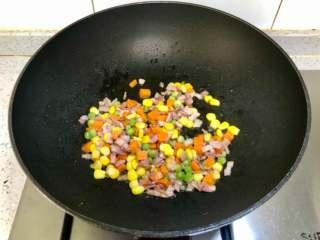 蛋包饭也可以萌萌哒,糖果的造型超吸睛!,接着下入什锦蔬菜粒翻炒。