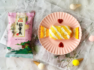 蛋包饭也可以萌萌哒,糖果的造型超吸睛!,最后再剪两个三角形蛋皮摆在蛋包饭两端,做成糖果的造型即可!盘子上可以用番茄酱挤出爱心的形状点缀一下哦!