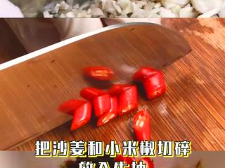 椰子鸡,首先调一个酱汁,把香菜、沙姜和小米辣切碎,放入生抽搅拌一下