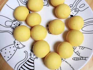 南瓜芝麻球,逐一做好每一个南瓜球。