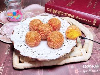 南瓜芝麻球,一盘漂亮的南瓜芝麻球就上桌了,香甜软糯可口!