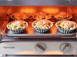 虾仁时蔬迷你小披萨~饺子皮版,烤箱180度提前预热5分钟后,把迷你小披萨放入烤箱中层。