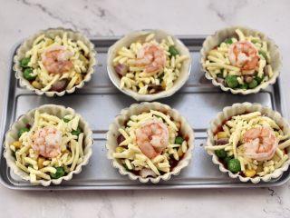 虾仁时蔬迷你小披萨~饺子皮版,在马苏里拉上面码上虾仁。