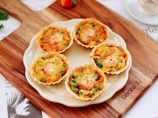 虾仁时蔬迷你小披萨~饺子皮版,香酥美味可口的虾仁时蔬迷你小披萨出炉咯。