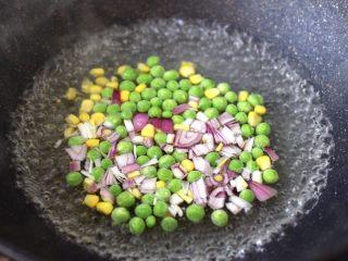 虾仁时蔬迷你小披萨~饺子皮版,锅中倒入适量的清水煮沸后,加入盐,把青豆和玉米粒,洋葱进行焯水,30秒后即可捞出沥干水分。