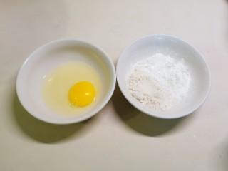 炸酥带鱼,腌制时 我们准备好鸡蛋  面粉和淀粉拌匀备用