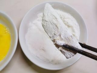 炸酥带鱼,再放入面粉里滚一圈  裹上面粉