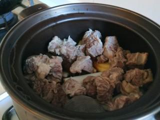 土豆牛腩煲,锅中加入姜片,葱段,胡椒粉