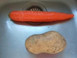 土豆牛腩煲,这个时候准备胡萝卜,土豆。