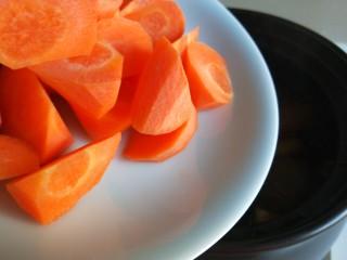 土豆牛腩煲,倒入胡萝卜。