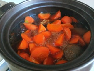 土豆牛腩煲,煮五分钟。