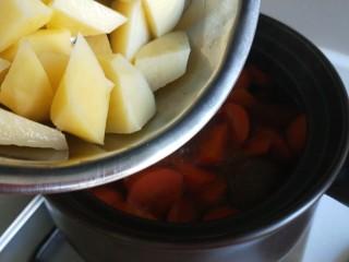 土豆牛腩煲,在倒入土豆。