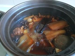 土豆牛腩煲,这会儿的牛肉炖一个半小时了。