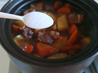 土豆牛腩煲,加入一勺盐。