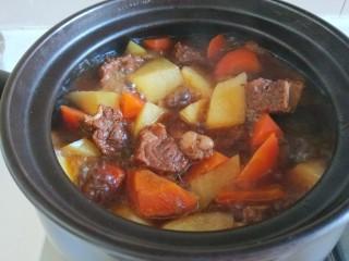 土豆牛腩煲,用勺子轻轻搅拌均匀。