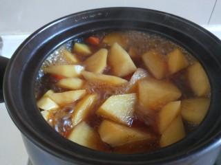 土豆牛腩煲,这会儿的胡萝卜土豆可以。