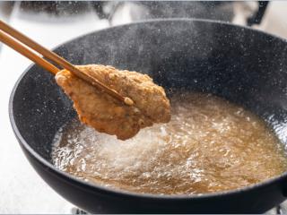 诗仙范闲惊艳的~酸辣蜜恋酱鸡排,中小火炸至两面金黄,捞出控油备用。