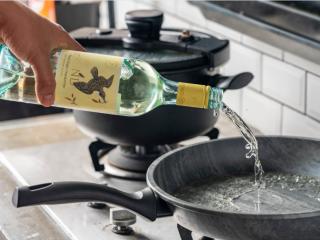 诗仙范闲惊艳的~酸辣蜜恋酱鸡排,另起锅放油加入白葡萄酒。