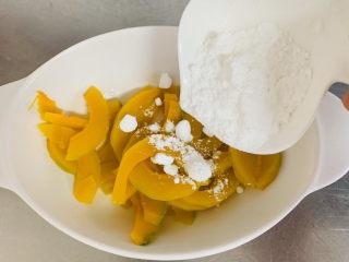 南瓜芝麻球,蒸好的南瓜倒入碗中加入白糖,压成泥备用。