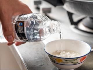 诗仙范闲惊艳的~酸辣蜜恋酱鸡排,将淀粉和100克清水勾芡。