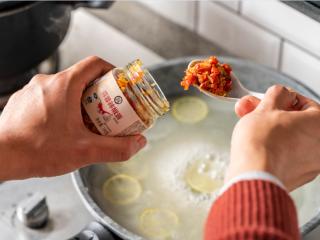 诗仙范闲惊艳的~酸辣蜜恋酱鸡排,加入蒜蓉辣椒酱和洋葱粒。