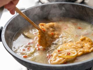 诗仙范闲惊艳的~酸辣蜜恋酱鸡排,把炸好的鸡胸肉放入裹上酱汁出锅。