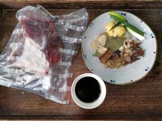 五香酱牛肉,用的调料基本上也都是家里常备的,没有什么特别的香辛料,如果有的没有也没有关系。