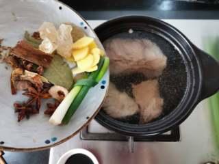 五香酱牛肉,将准备好的各种调料可以用纱布包起起来,或装入调料笼,我的不锈钢调料笼找不到了,就直接撒进去了。生姜切片,葱打结。
