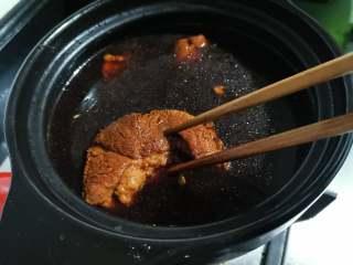 五香酱牛肉,在肉煮到八分熟的时候,加入适量的盐。煮到用筷子能扎透肉为就行,煮的太熟烂切的时候肉容易散,这个时候就可以关火了。