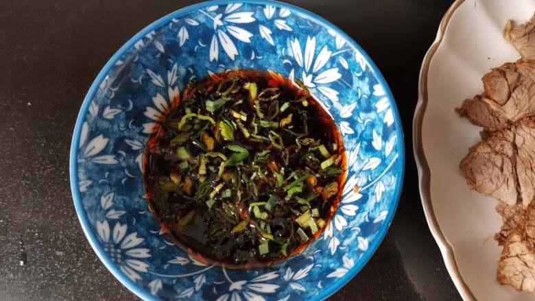 五香酱牛肉,吃的时候我们做一个调料汁来做蘸料,两勺米醋、生抽、蚝油,加适量的辣椒油,撒点蒜花,完美!