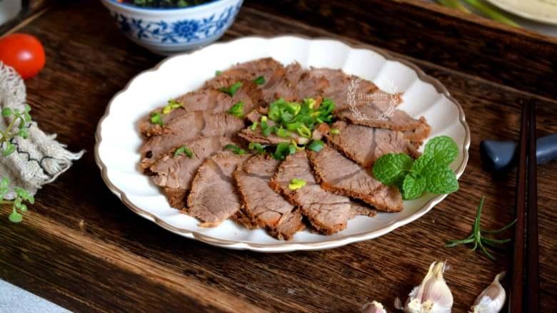 五香酱牛肉,记得牛肉一定要等凉透了再切片装盘。