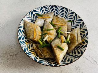 炸酥帶魚,放入蔥段腌制15分鐘