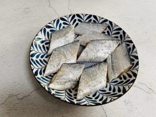 炸酥帶魚,新鮮帶魚處理干凈切段