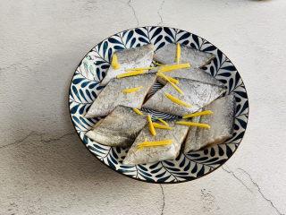 炸酥帶魚,放入姜絲