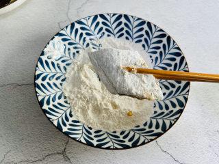 炸酥帶魚,均勻的裹上面粉