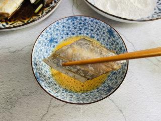 炸酥帶魚,裹上蛋液
