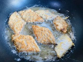 炸酥帶魚,翻面炸