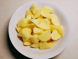 红烧土豆鸡块,土豆去皮切滚刀块
