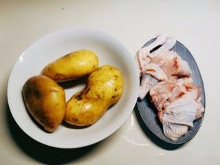 红烧土豆鸡块,三黄鸡半只 清洗干净切大块 土豆3个