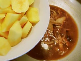 红烧土豆鸡块,放入土豆块