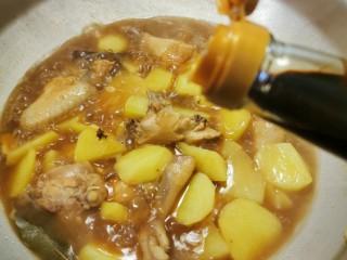 红烧土豆鸡块,大火烧开 转小火慢炖 放入红烧老抽调整颜色